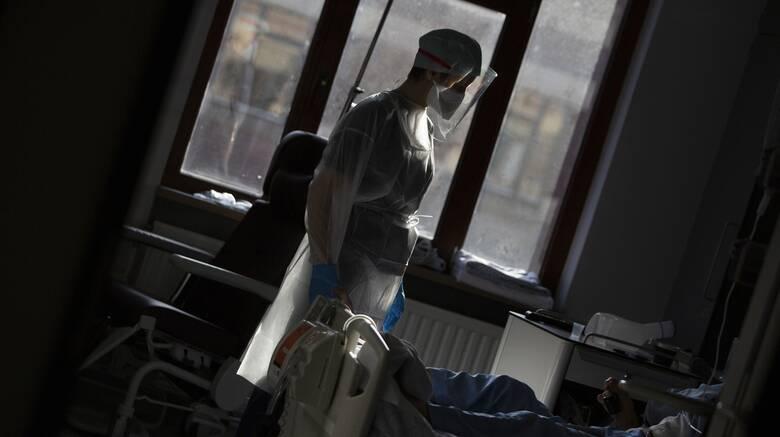Κορωνοϊός: Σε κατάσταση «πολέμου» το ΕΣΥ - Μεταφορά ασθενών από την Αθήνα στην Χαλκίδα