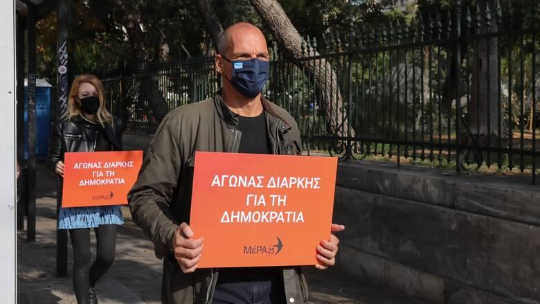 Επεισόδια στη Νέα Σμύρνη: Πρόσκληση Βαρουφάκη σε ΣΥΡΙΖΑ και ΚΚΕ για κοινή δράση