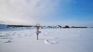 Στην αληθινή «Λίμνη των Κύκνων» - H μπαλαρίνα που χορεύει στον πάγο για καλό σκοπό