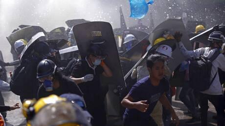 Μιανμάρ: Φόβοι για αιματοκύλισμα, εκατοντάδες διαδηλωτές περικυκλωμένοι από τη χούντα