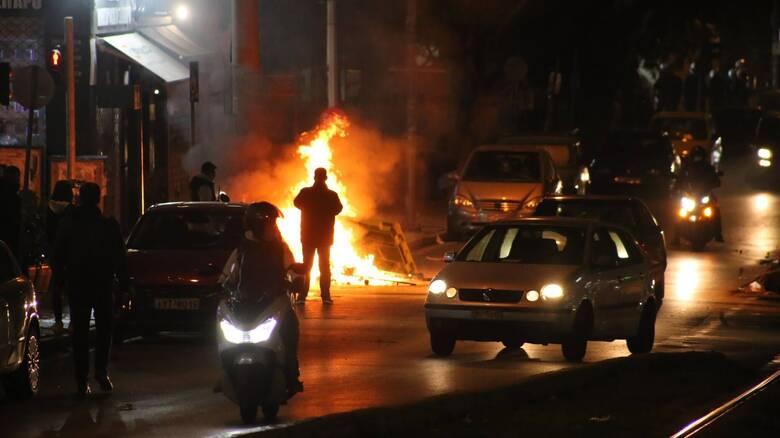 Επεισόδια στη Νέα Σμύρνη: Η κυβέρνηση «δείχνει» τον ΣΥΡΙΖΑ και ετοιμάζεται για σύγκρουση στη Βουλή