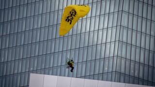 Φρανκφούρτη: Διαμαρτυρία της Greenpeace με μοτοανεμόπτερα στο κτήριο της ΕΚΤ