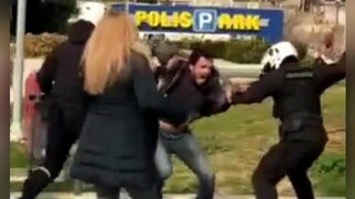 Αστυνομική βία στη Νέα Σμύρνη: Σε διαθεσιμότητα ο αστυνομικός της ΔΙ.ΑΣ. για τον ξυλοδαρμό νεαρού