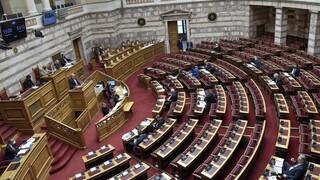 Κόντρα στη Βουλή για τα επεισόδια στη Νέα Σμύρνη και την εκκένωση του ΑΠΘ