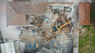 Σεισμός Ελασσόνα: Δάκρυα στην κατεδάφιση του σχολείου στο Δαμάσι