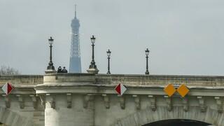 Κορωνοϊός - Παρίσι: Κάθε 12 λεπτά και νέα εισαγωγή σε ΜΕΘ