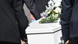 Κηδεία με 2.000 άτομα στην Δράμα - Συναγερμός για την  υγειονομική «βόμβα»