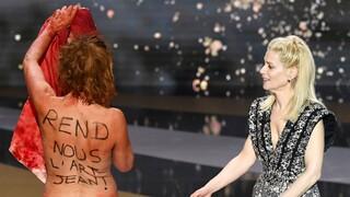 Βραβεία Σεζάρ: Γυμνή διαμαρτυρία από την Κορίν Μαζιερό για το κλείσιμο του Πολιτισμού