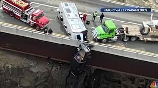Απίστευτη διάσωση ζευγαριού μέσα από όχημα που κρεμόταν από αερογέφυρα