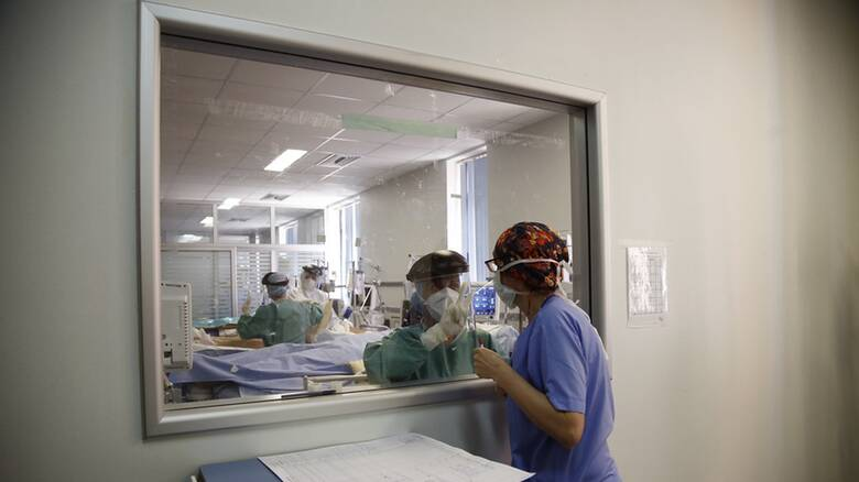 Κορωνοϊός: Στη «μέγγενη» το ΕΣΥ με 645 στις ΜΕΘ - 3.073 νέα κρούσματα, 45 θάνατοι