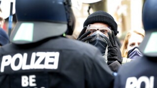 Lockdown - Γερμανία: Συγκρούσεις με την αστυνομία σε μαζική διαδήλωση κατά των μέτρων