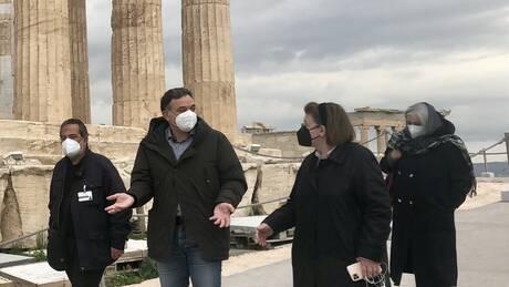 «Αυτοψία» Μενδώνη στην Ακρόπολη εν όψει της επαναλειτουργίας αρχαιολογικών χώρων