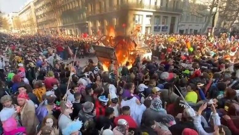 Γαλλία: Χιλιάδες νέοι κατέκλυσαν τη Μασσαλία γιορτάζοντας το καρναβάλι παρά τα μέτρα