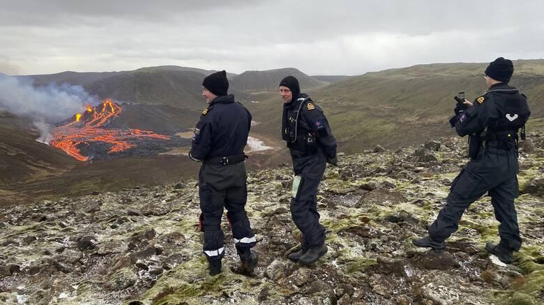 Πόλος έλξης το ηφαίστειο Ισλανδίας μετά την έκρηξη - Επιστήμονες έψησαν λουκάνικα στη λάβα του