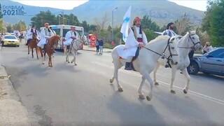 Επέτειος 1821: Έφιπποι στους δρόμους της Γλυφάδας με παραδοσιακές φορεσιές και λάβαρα