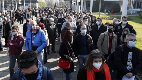 Κορωνοϊός – Σερβία: Ουρές στα σύνορα από πολίτες γειτονικών χωρών που θέλουν να εμβολιαστούν