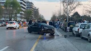Θεσσαλονίκη: Σφοδρή σύγκρουση ΙΧ με παρκαρισμένα αυτοκίνητα στην παραλιακή
