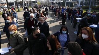 Βόρεια Μακεδονία: Σύγκρουση προέδρου-κυβέρνησης για τα εμβόλια και τις... ουρές στη Σερβία