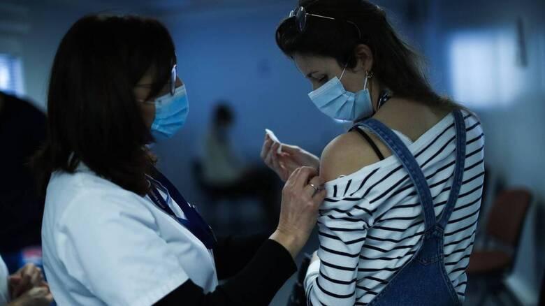 Κορωνοϊός: Υπέρ των «διαβατηρίων εμβολιασμού» οι περισσότεροι Βρετανοί