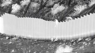 Σοκαριστικό βίντεο: Διακινητής πέταξε δύο μικρά κορίτσια από ύψος 4 μέτρων στα σύνορα ΗΠΑ - Μεξικού