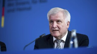 Γερμανία: Πολιτική άρνηση του υπουργού Εσωτερικών να εμβολιαστεί με AstraZeneca