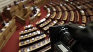Κορωνοϊός: Στη Βουλή μεταφέρεται η πολιτική αντιπαράθεση «κορυφής» για την πανδημία