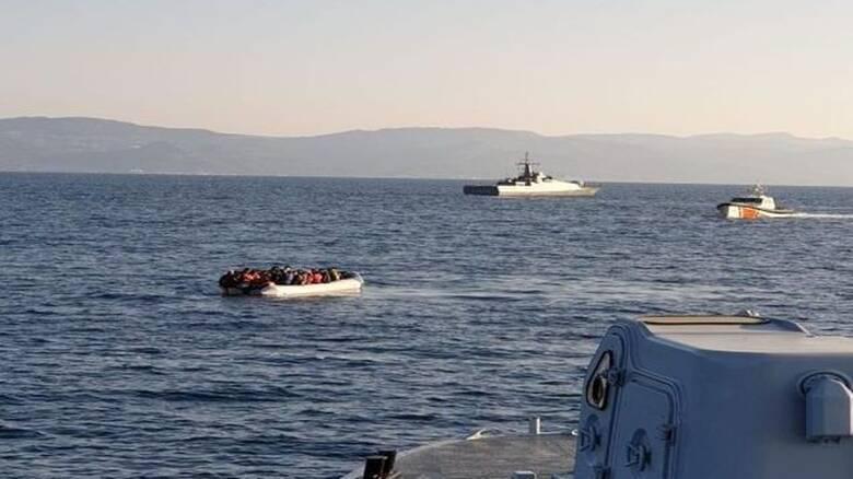 Μυτιλήνη: Καρέ – καρέ πώς τουρκική ακταιωρός παρενοχλεί σκάφος του Λιμενικού