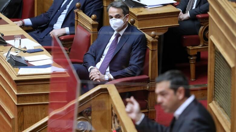 Βουλή: Αντιπαράθεση των πολιτικών αρχηγών για τους δείκτες της πανδημίας, το ΕΣΥ και τα εμβόλια