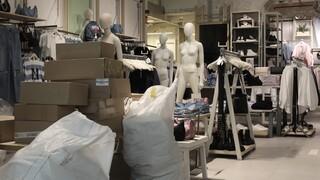Πυρετώδεις προετοιμασίες στα καταστήματα λιανικής για το άνοιγμα μετά από δύο μήνες lockdown