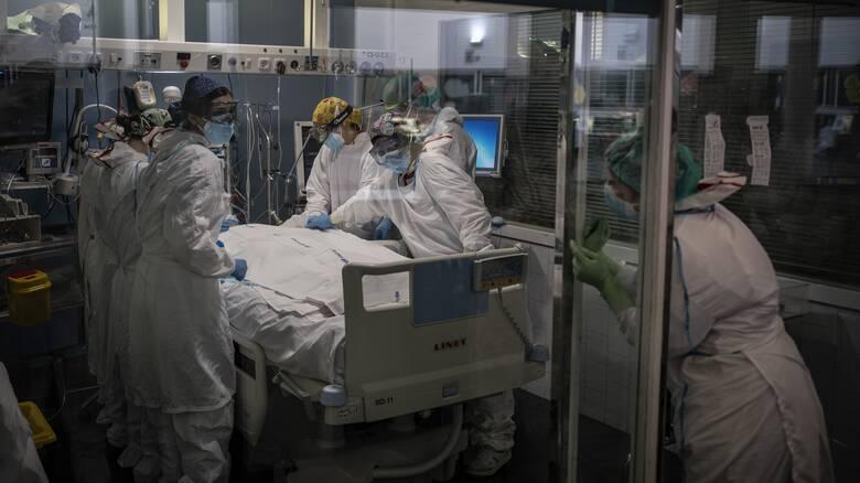 Κορωνοϊός: «Βόμβα» με 755 διασωληνωμένους, 3.232 νέα κρούσματα, 70 θανάτους