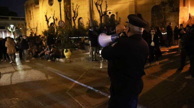 Κορωνοϊός: Πάρτι σε πλατείες και πεζόδρομους της Αθήνας από πλήθος κόσμου