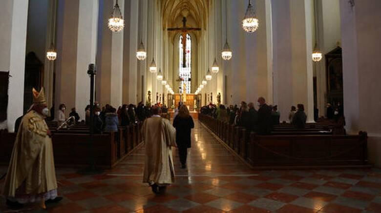 Γερμανία: Με περιορισμούς και φαντασία το φετινό Πάσχα - Σε... drive-in η Θεία Λειτουργία