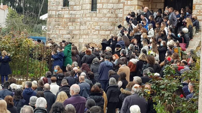 Κορωνοϊός: Απίστευτος συνωστισμός σε κηδεία Αρχιμανδρίτη