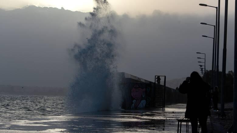 Καιρός: Λασποβροχές, σκόνη και θυελλώδεις νοτιάδες στο Αιγαίο σήμερα