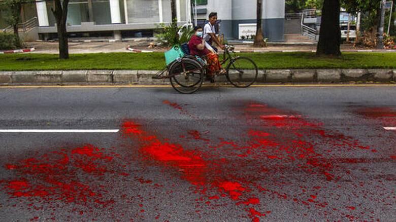 Μιανμάρ: «Όχι» από τη Ρωσία σε κυρώσεις στη χούντα - Βάφτηκαν με κόκκινη μπογιά οι δρόμοι