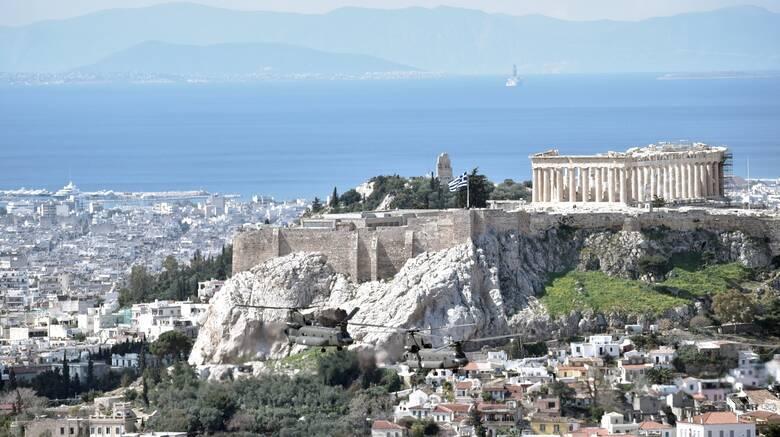Μενδώνη: Καμία πινακίδα δεν θα αναρτηθεί στον βράχο της Ακρόπολης