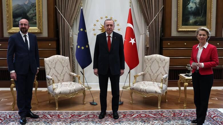 Στην Τουρκία Μισέλ και Φον ντερ Λάιεν: Ο δειλός χαιρετισμός και η αμηχανία της προέδρου της Κομισιόν