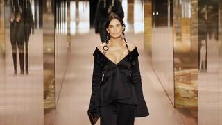 Η Ντέμι Μουρ στο εξώφυλλο της Vogue Italia - Το εμβληματικό βιβλίο που κρατάει