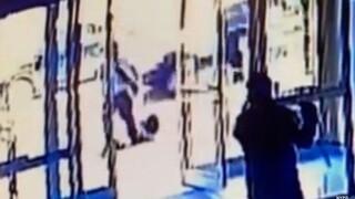 Ρατσιστική επίθεση στη Νέα Υόρκη: Μητροκτόνος σε αναστολή χτυπάει Ασιάτισσα μπροστά σε πλήθος κόσμου