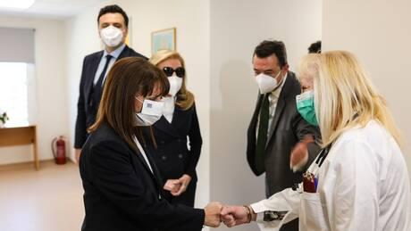 Η Κατερίνα Σακελλαροπούλου στα εγκαίνια της νέας πτέρυγας του Κέντρου Υγείας Σαλαμίνας