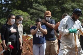 Κορωνοϊός - Βραζιλία: Υπό έρευνα ο Μπολσονάρου μετά το νέο ρεκόρ θανάτων και τις σοβαρές ελλείψεις