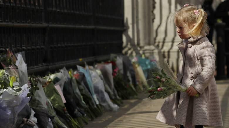 Φίλιππος: Χιλιάδες Βρετανοί αποχαιρετούν το πρίγκιπα - Γέμισε λουλούδια το Μπάκιγχαμ