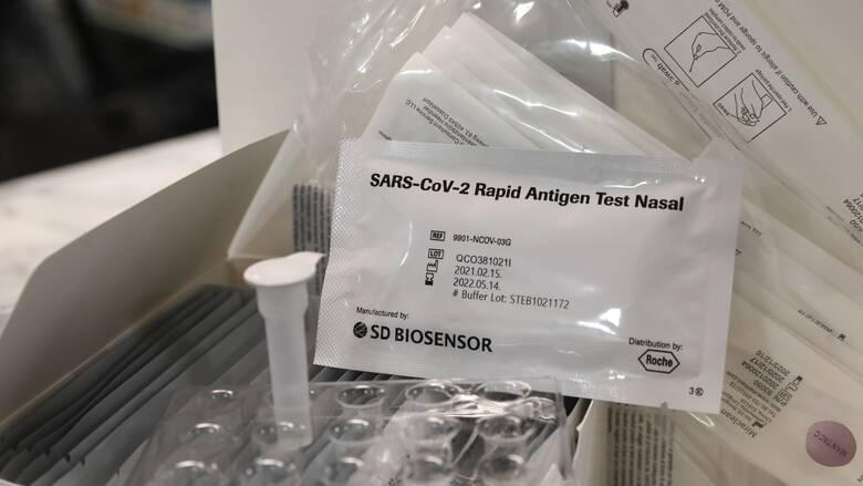 «Γκάζι» στα self-test: Η «ώθηση» Μητσοτάκη και η κινητοποίηση για τους εμβολιασμούς ηλικιωμένων
