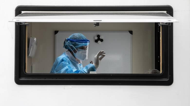 Κορωνοϊός: 2.801 νέα κρούσματα και 75 θάνατοι - Οριακή μείωση διασωληνωμένων