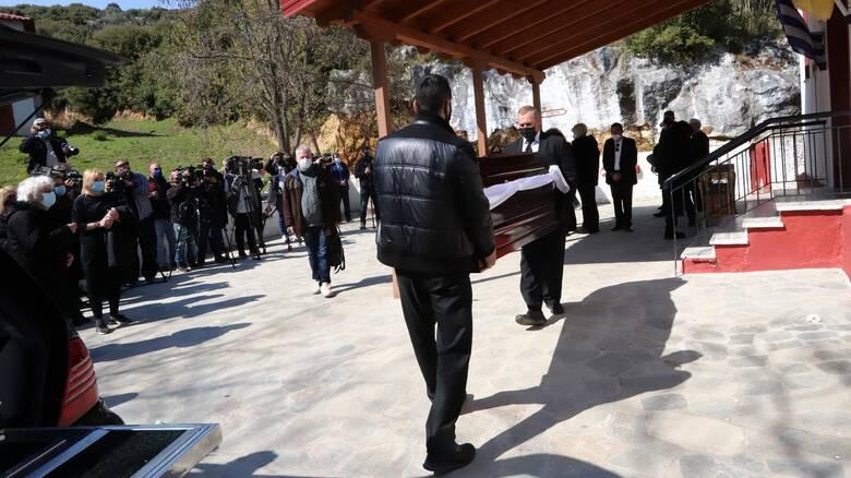 Γιώργος Καραϊβάζ: Σε κλίμα οδύνης η κηδεία του δημοσιογράφου