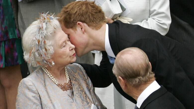 Ο πρίγκιπας Χάρι εξήρε τον Φίλιππο για την «αφοσίωση στη γιαγιά», βασίλισσα Ελισάβετ