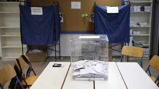 Ψήφος αποδήμων: Το Μαξίμου στριμώχνει τον ΣΥΡΙΖΑ για το «αυτογκόλ» και την… κωλοτούμπα