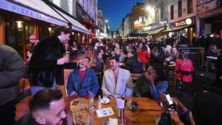 Κορωνοϊός: Οι Βρετανοί συνεχίζουν να γιορτάζουν ξέφρενα την άρση του lockdown