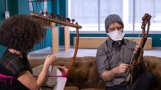 Αμερικανός φοιτητής στη Θεσσαλονίκη κάνει μαθήματα αρχαίας λύρας