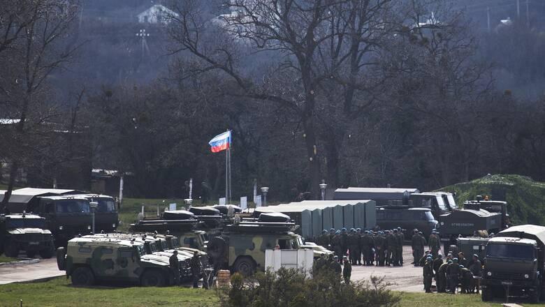 Ξύπνησαν μνήμες Ψυχρού Πολέμου: Με λευκές «λωρίδες εισβολής» τα ρωσικά τεθωρακισμένα